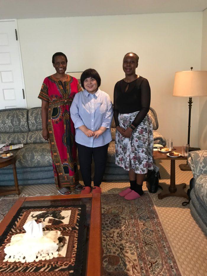 大使夫人ノンプ メレロ アブーバスツさん、(左端) 参事官 ルテンド・P・マツァンガイセさん(右端)