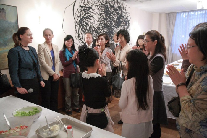 国際芸術家センター「大使館でお茶を第2回セルビア大使館」第二部懇親タイム。