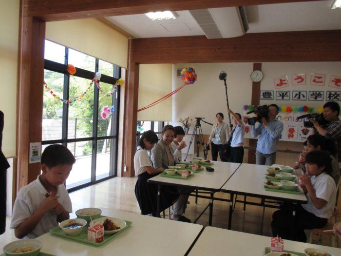 ドミニカ共和国公使参事官ジョセリン・サランディンさん、学校を訪問。