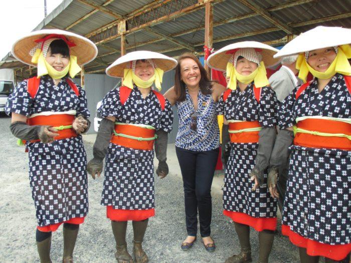 ドミニカ共和国公使参事官ジョセリン・サランディンさん、壬生の花田植えを視察