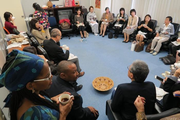 国際芸術家センター「大使館でお茶を第3回ボツワナ大使館」懇談タイム。