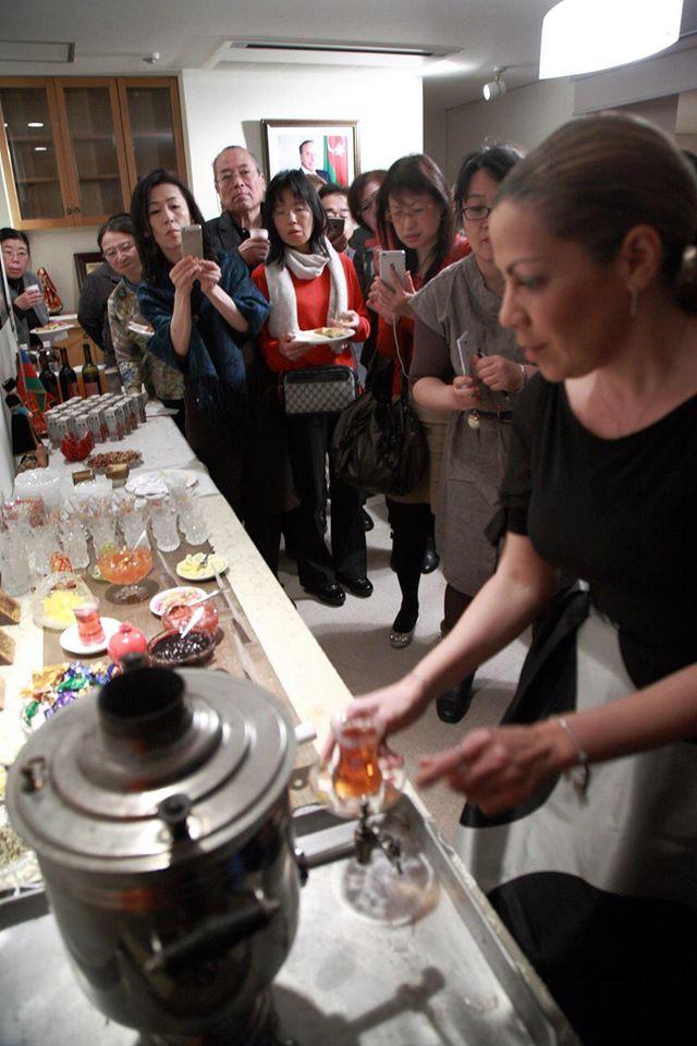 国際芸儒家センター「大使館でお茶を第4回アゼルバイジャン大使館」サモワールでアゼルバイジャンの紅茶を。