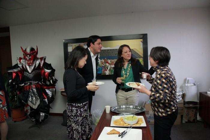 「大使館でお茶を第6回ドミニカ共和国」美味しく食べながら楽しく交流タイム。