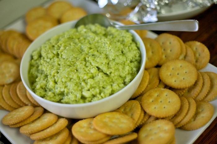 「大使館でお茶を第6回ドミニカ共和国」お国の軽食、モツァレラとバジルディップのクラッカー