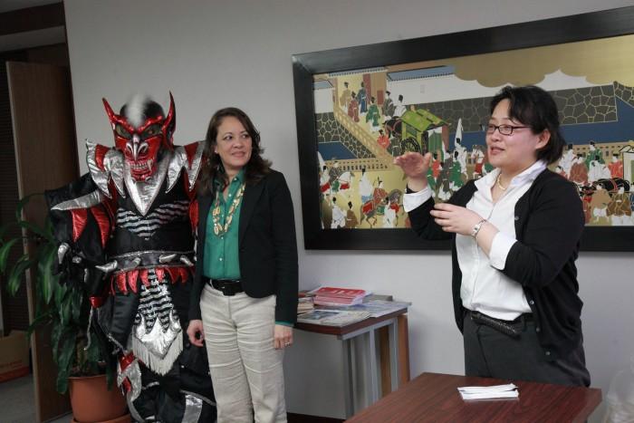 「大使館でお茶を第6回ドミニカ共和国」マルティグラの際のモンスターについて説明。