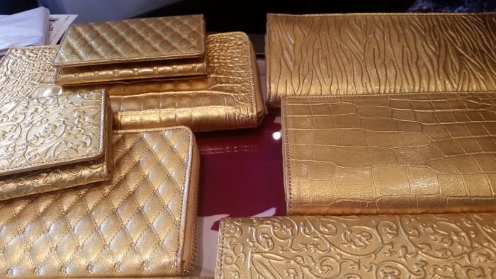 国際芸術家センター×TAKENOBU共催イベント「匠TAKENOBUCollection」 Earsh Goldさんの金箔×皮の作品です。