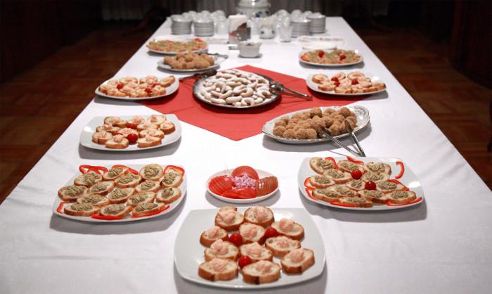大使館でお茶をルーマニア大使館、ルーマニアの軽食やお菓子。