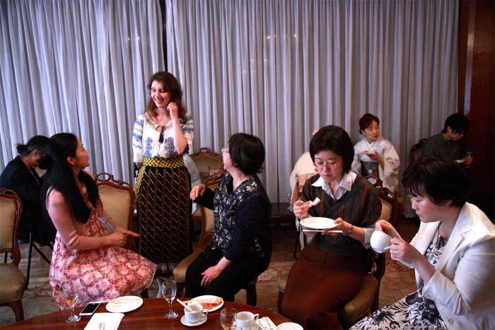 大使館でお茶をルーマニア大使館、第二部懇親タイム