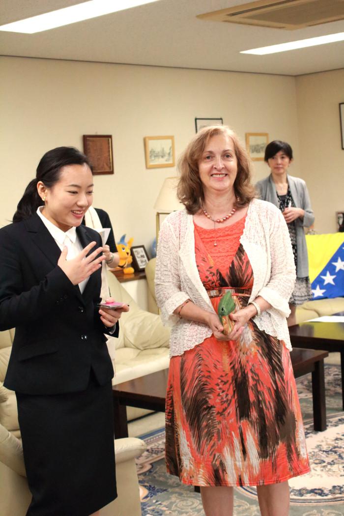 大使館でお茶を第9回ボスニア・ヘルツェゴビナ大使館 プレゼン役のみきさんとイェレナ参事官。