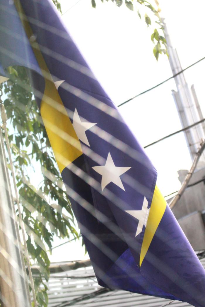 「大使館でお茶を第9回ボスニア・ヘルツェゴビナ大使館」ボスニア・ヘルツェゴビナ国旗