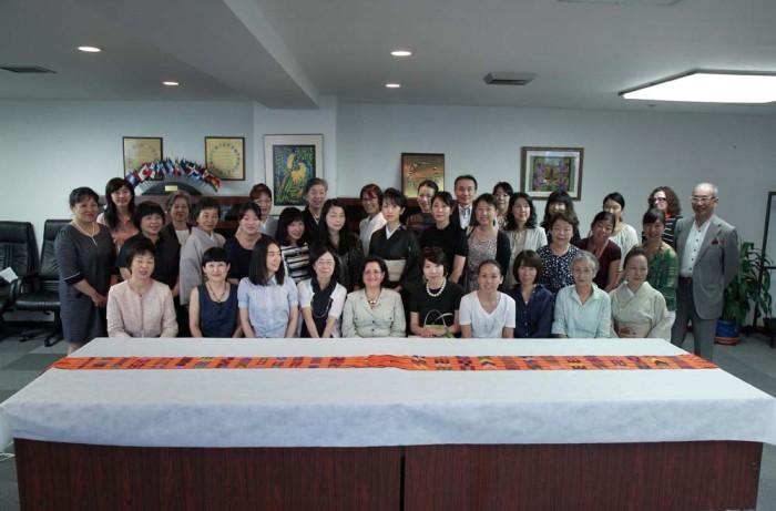「大使館でお茶を第10回グァテマラ大使館」全員で記念撮影。
