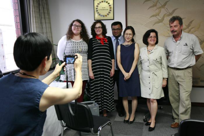 「大使館でお茶を第10回グァテマラ大使館」アンヘラ・マリア・チャベス・ビエティ大使と大使館スタッフの皆さま。