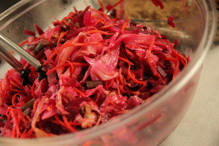 「大使館でお茶を第10回グァテマラ大使館」エンチラーダスに乗せるビーツ入りの野菜、IAC国際芸術家センター