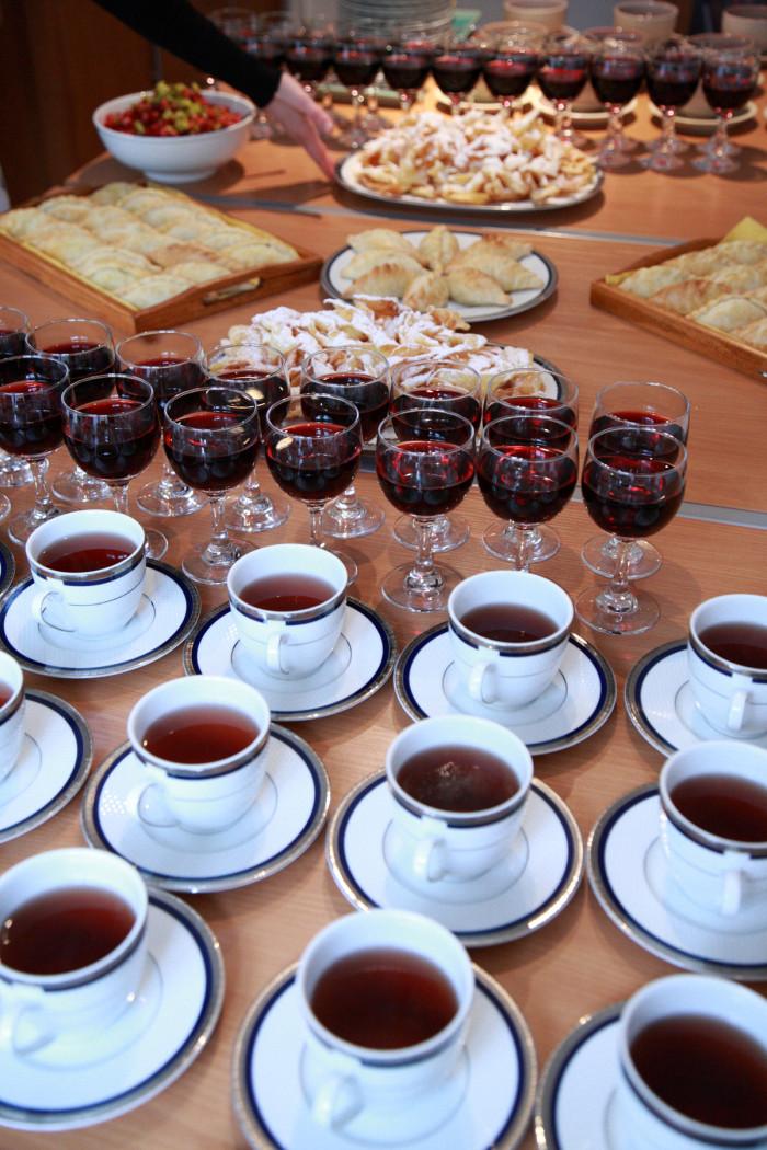 リトアニアのミックスハーブティーに赤ワイン。
