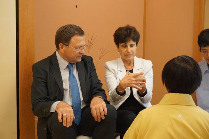 茶席を体験するブルガリア大使夫妻