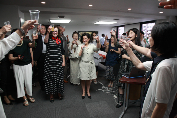 「大使館でお茶を第10回グァテマラ大使館」グァテマラ大使を囲んで乾杯。 IAC-国際芸術家センター