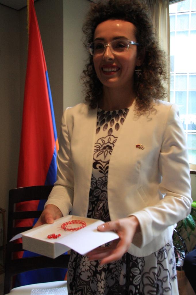 アルメニア大使館モニカさんに水引きをプレゼント。